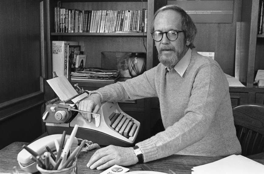 En af mine yndlingsforfattere, Elmore Leonard, foran skrivemaskinen, hvor mange af hans fantastiske kriminalromaner er blevet til