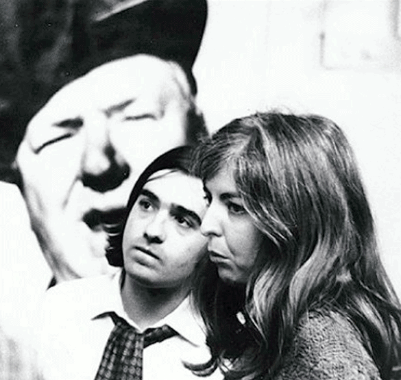 Martin Scorsese og Thelma Schoonmaker, formentlig engang i 1960'erne, foran en plakat af W.C. Fields.